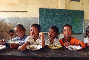 Depuis 2008, le PAM fournit des repas nutritifs aux écoliers cambodgiens des zones rurales et touchées par l'insécurité alimentaire.