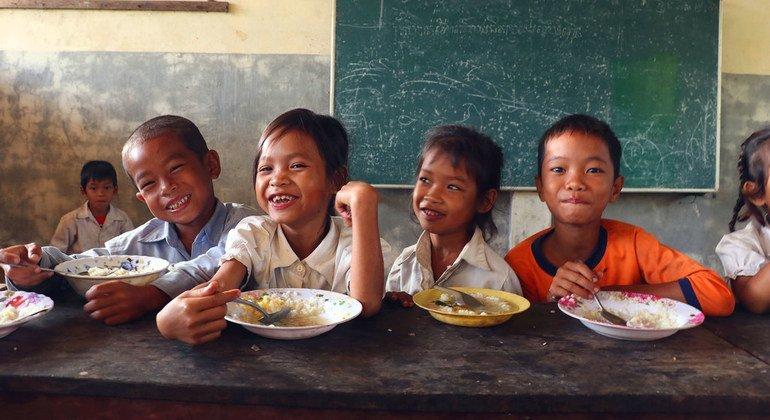 El Programa Mundial de Alimentos proporciona desde el año 2008 comidas escolares a niños camboyanos que sufren inseguridad alimentaria en comunidades rurales.
