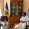 الأمين العام للأمم المتحدة أنطونيو غوتيريش (إلى اليسار) يلتقي بالسيدة ميا موتلي، رئيسة وزراء بربادوس.