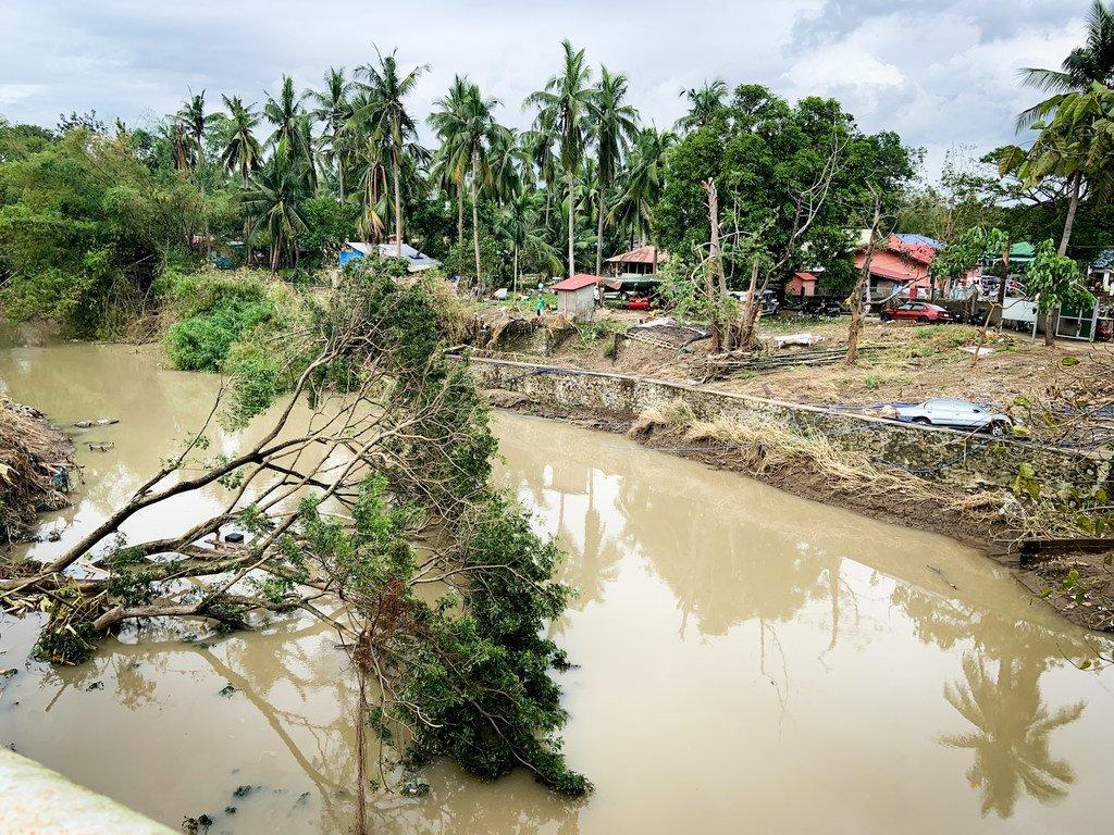 """由于超级台风""""天鹅"""",菲律宾吕宋岛南部八打雁省的许多地区仍然被碎片和洪水淹没。"""