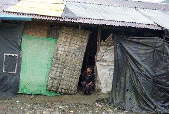 म्याँमार के राख़ीन प्रान्त की पाउकताव बस्ती में बनाए गए एक आश्रय स्थल में पनाह लिये हुए एक विस्थापित व्यक्ति.
