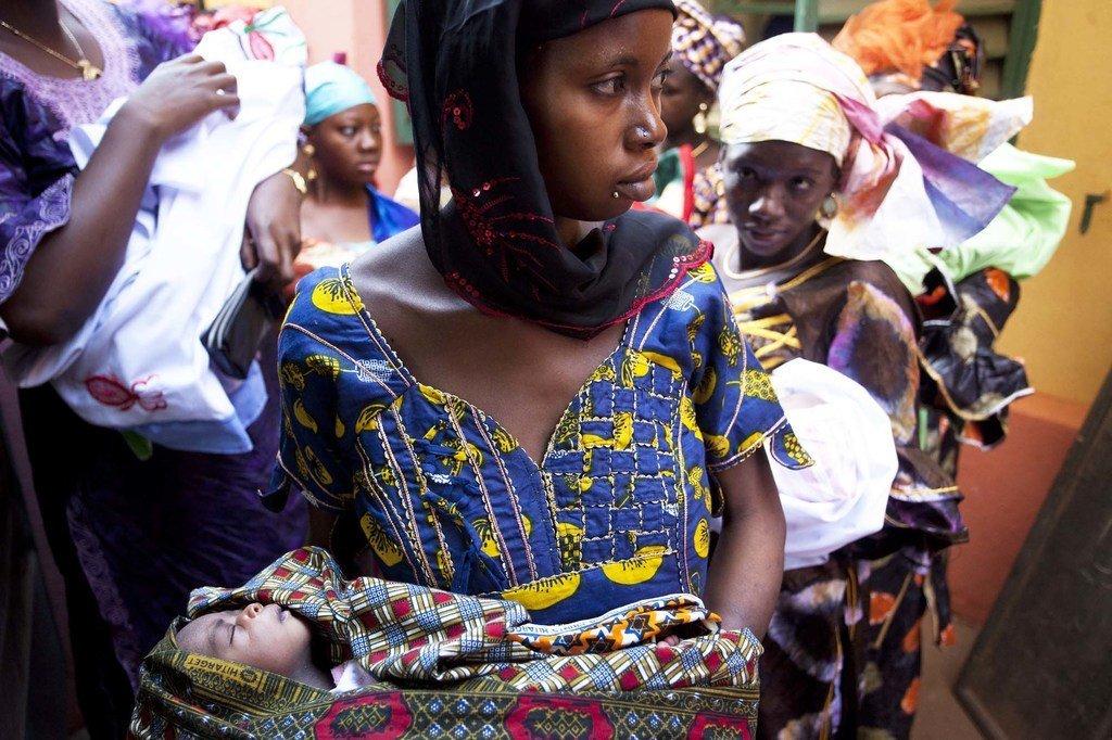 Des mères attendent pour vacciner leurs bébés dans une clinique à Bamako, la capitale du Mali.