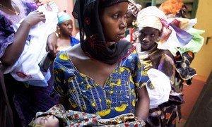 माली के बामाको में महिलाएँ अपने बच्चों का टीकाकरण करा रही हैं.