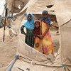 أطفال مشردون يقفون أمام بقايا الخيام في مستوطنة عبس للنازحين. تقع على بعد 40 كم فقط من الخطوط الأمامية، تتضرر المستوطنة بانتظام من خلال العواصف الرملية..