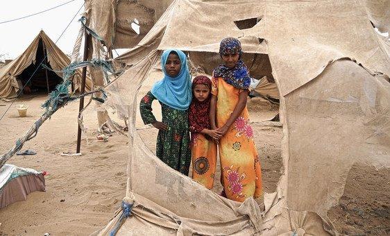 Meninas em assentamento para deslocados internos de Abs, no Iêmen, que continua sendo a maior crise humanitária do mundo em 2020