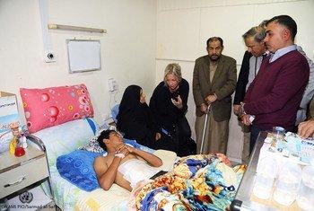 La representante especial de la ONU para Iraq, Jeanine Hennis-Plasschert, visita a los heridos en las protestas ingresados en el hospital al-Kindi, en Bagdad.