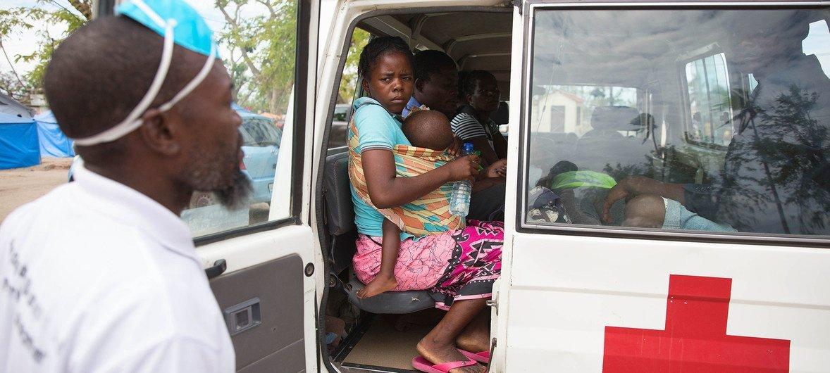 Mãe e bebé na Beira, em Moçambique, onde criança recebe tratamento contra malária
