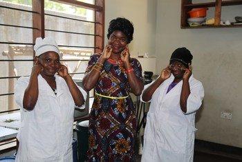 Aneth Gerana Isaya,(katikati) mwanzilishi wa taasisi ya FUWAVITA nchini Tanzania inayowawezesha wanawake wenye ulemavu kupata stadi.