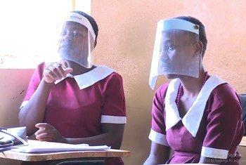 Wanafunzi nchini Malawi wenye ulemavu wakifuatilia darasa kuhusu ugonjwa wa COVID-19.