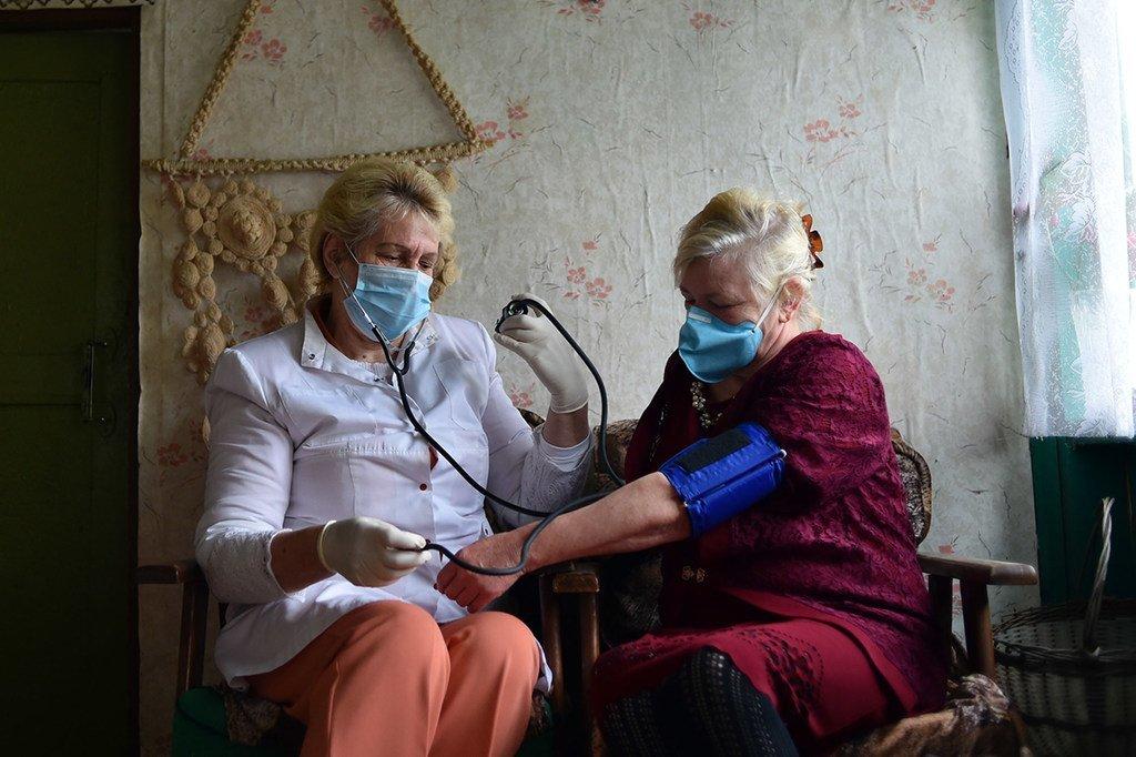 白俄罗斯农村地区的医务人员上门为居民提供医疗服务。