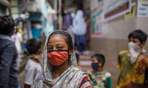 在印度孟买的一个城市贫民窟,孩子们在社区厕所外面等候。