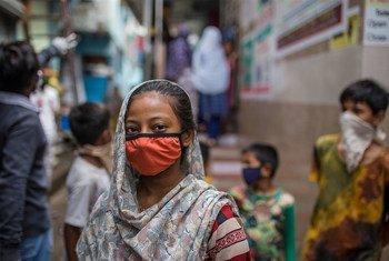 Des enfants attendent devant les toilettes d'une communauté dans un bidonville de Mumbai, en Inde.