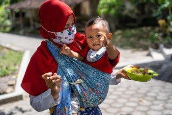 印尼中爪哇省的一位母亲和她一岁的孩子。
