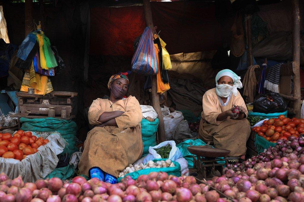 埃塞俄比亚亚的斯亚贝巴,街头小贩在市场上卖蔬菜。