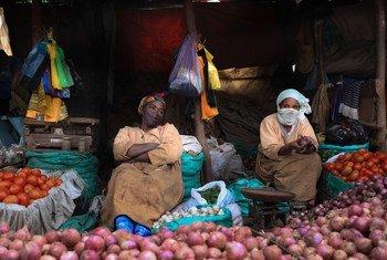 Des vendeurs ambulants de légumes sur un marché à Addis-Abeba, la capitale de l'Éthiopie.