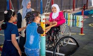 طفلة في التاسعة من العمر تلعب مع أصدقائها في مخيم الزعتري للاجئين السورين في الأردن.