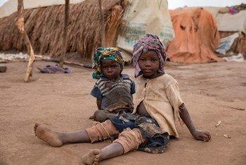 Dois meninos em assentamento em Ituri, na República Democrática do Congo
