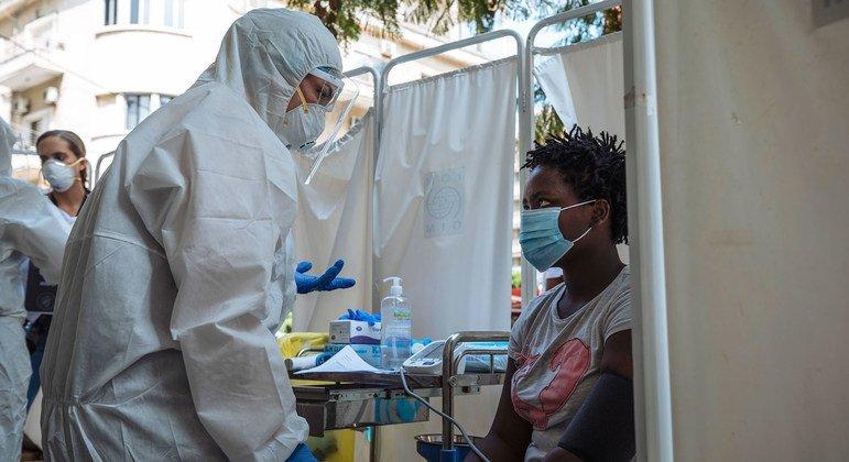 Une travailleuse migrante du Kenya reçoit un traitement médical fourni par l'OIM.