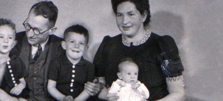 20世纪40年代,婴儿时期的瓦蕾德·卡特(Vered Kater)和她的父母和兄弟在荷兰。