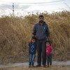 Un père syrien avec ses enfants au camp de Bardarash à Duhok, en Iraq, un jour après son arrivée.