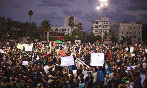 متظاهرون في ساحة الشهداء في طرابلس، ليبيا