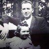 犹太大屠杀幸存者哈利娜·沃洛(Halina Wolloh)与祖父在一起