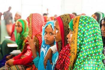 新冠大流行的影响使八分之一的年轻人无法获得教育,其中大多数是女孩。图为埃塞俄比亚女孩正在了解残割女性生殖器这一有害习俗。