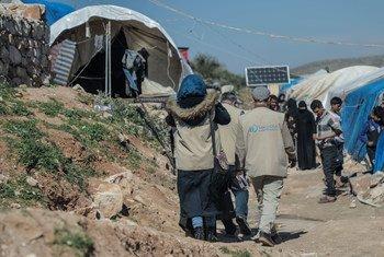 Des travailleurs humanitaires arrivent dans le camp d'Atma, dans la région d'Idlib, en Syrie (photo d'archives).