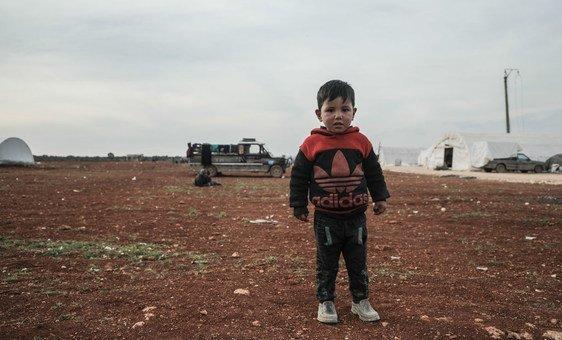 طفل يقف في مخيم للنازحين شمال غرب سوريا