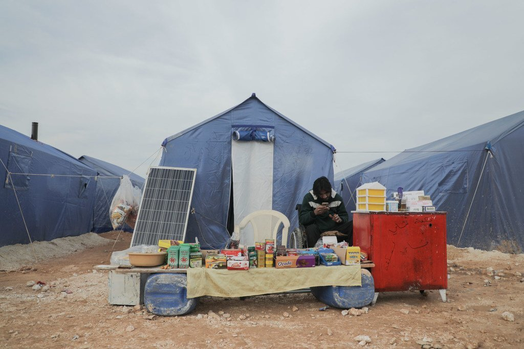 أُجبرت العديد من العائلات، في إدلب في شمال غرب سوريا، على النزوح بشكل متكرر، فرارا من القتال.