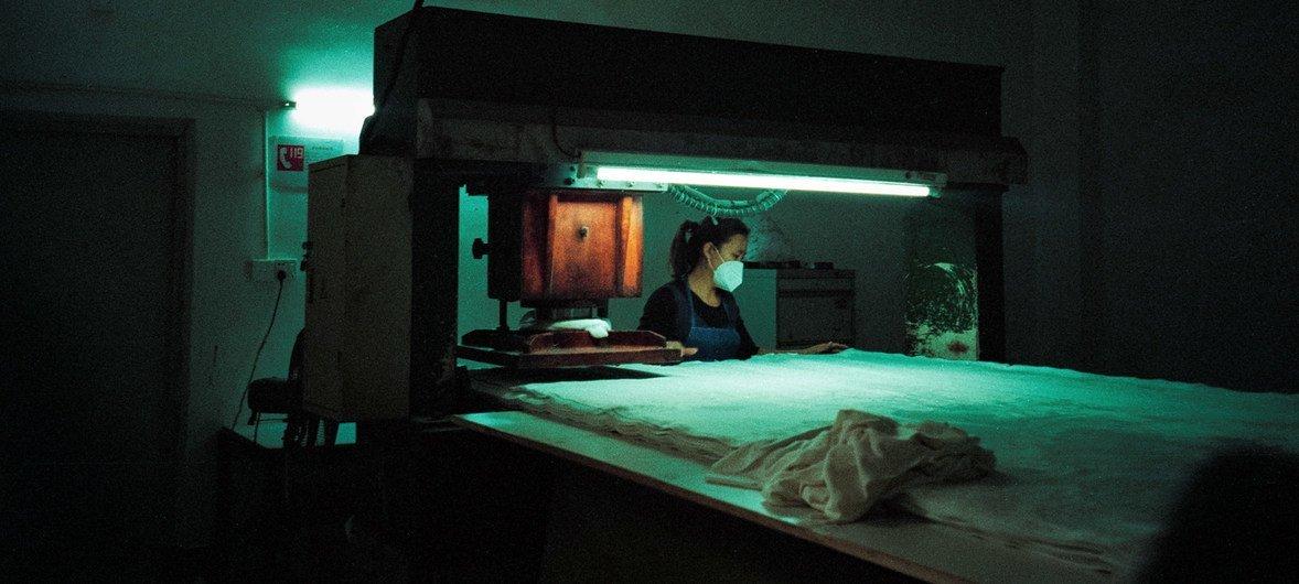 Mulher numa fábrica de brinquedos em Shenzhen, China.