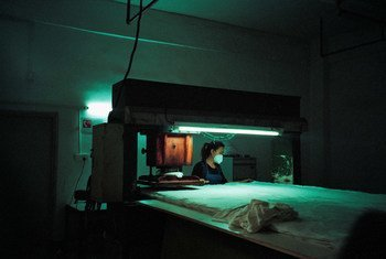 中国深圳一家玩具厂,一名妇女正在加工布料。