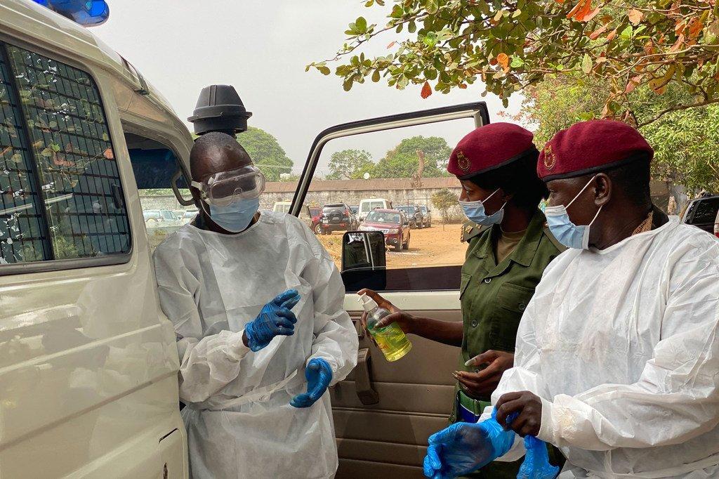 La Lieutenante Matilda Moiwo (au centre) et ses collègues se préparent à récupérer un patient qui aurait été infecté par le coronavirus.
