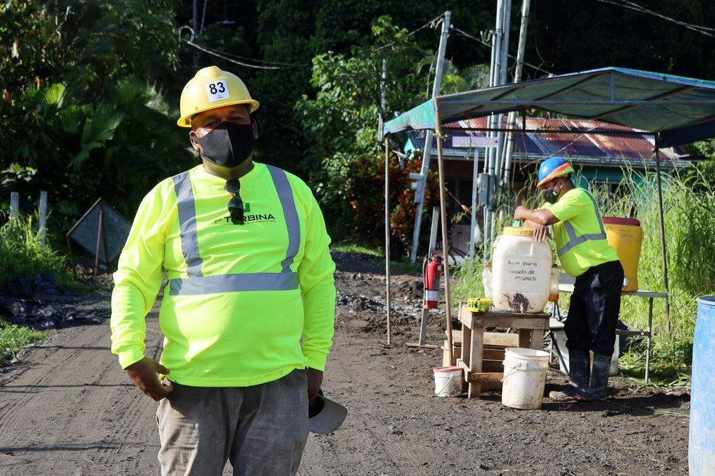 """Jonathan tiene 26 años de trabajar en labores de albañilería y construcción. Oriundo de San José, la capital, hoy vive en la costa caribeña del país. Se considera un aliado más """"para cambiar la cultura machista del país""""."""