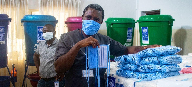 Chefe do Banco Africano de Desenvolvimento diz que a África precisa desenvolver sua indústria farmacêutica e começar a fabricar medicamentos
