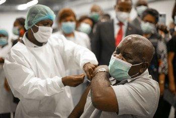 Funcionário de saúde de Angola recebe vacina através da iniciativa Covax