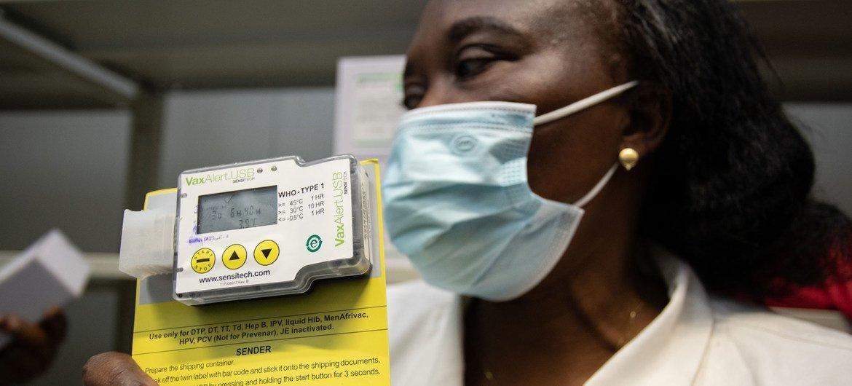 Un responsable de la logistique à Kinshasa en République démocratique du Congo montre un capteur de température utilisé pour s'assurer que les vaccins contre la Covid-19 sont stockés à la bonne température.