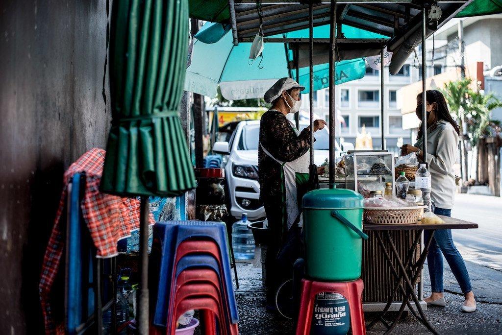 当城镇因新冠疫情被封锁时,许多妇女经营的街头食品摊贩失去了唯一的收入来源。(图为泰国曼谷)