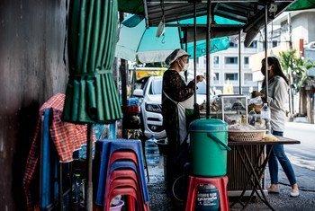 De nombreuses femmes qui vendent de la nourriture dans la rue, comme celle que l'on voit à Bangkok, en Thaïlande, ont perdu leur seule source de revenus lorsque les fermetures liées au coronavirus ont fermé les villes.