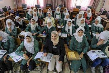 مزون المليحان تجتمع مع طالبات الصف التاسع السوريات في مدرسة سعيد نور الدين الحكومية في عمّان. 15 تشرين الأول/أكتوبر 2017.