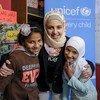 यूनीसेफ़ की सदभावना दूत मुज़ून अलमेलीहन, सीरिया के मकानी केन्द्र में दो बच्चों के साथ. ये केन्द्र यूनीसेफ़ की सहायता से चलाया जा रहा है.