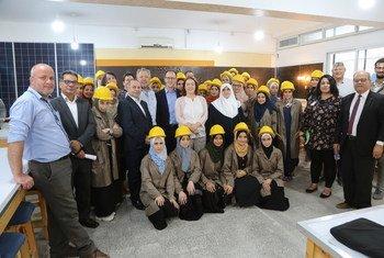 تدريب شابات وشبان في قطاع غزة على مهارات الطاقة النظيفة. د. إيمان عاشور في الوسط (2019).