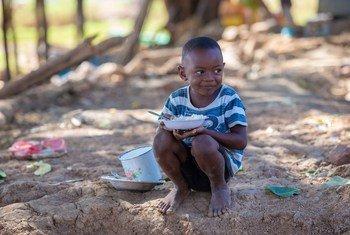 Mtoto nchini Madagascar akila mlo wake wa mchana.