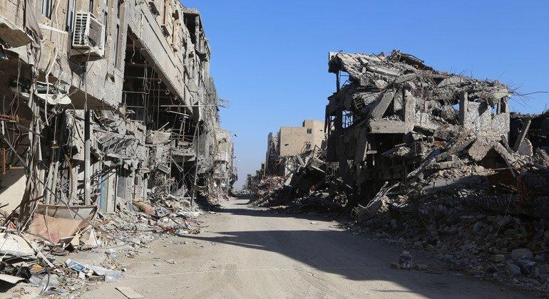 كميات هائلة من الأنقاض تسد شوارع الموصل في أعقاب الصراع.