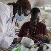 طفل حديث الولادة يتلقى أول تطعيم له في عيادة تديرها المنظمة الدولية للهجرة داخل موقع حماية المدنيين في ملكال ، جنوب السودان.