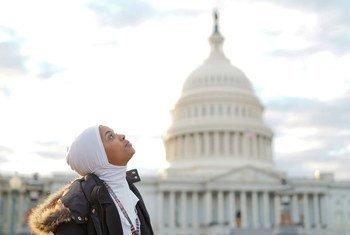 童书作者、来自索马里的难民哈布索·穆罕默德第一次来到美国首都华盛顿,在国会大厦前留影。