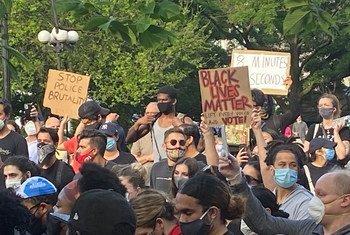 在乔治·弗洛伊德被杀害之后,抗议者聚集在纽约联合广场,要求司法公正并抗议美国的种族主义。