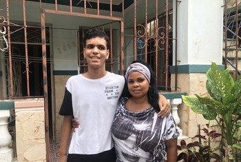 Clara López Baro con su hijo Jonathan Alvarez a la puerta de su casa en La Habana, donde están en cuarentena por las medidas de distanciamiento social debidas a la pandemia de COVID-19.