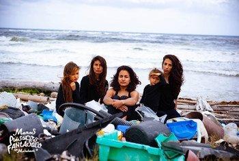 Ana Antillanca junto a los miembros de su ONG ha logrado limpiar más de tres toneladas de plástico de Punta Herradura, en Mahahual.