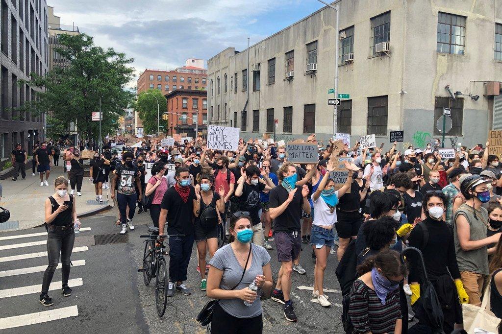 在纽约布鲁克林,抗议者和平示威反对警察暴力。